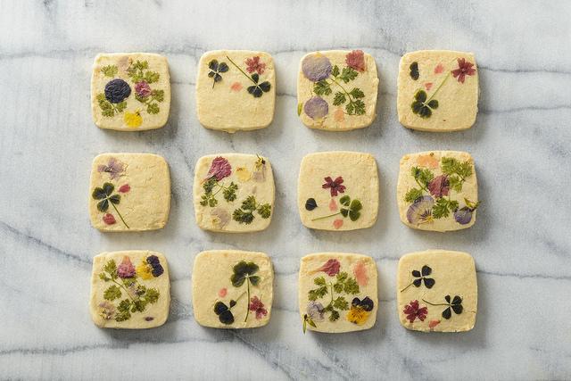 エディブルフラワーの飾りがかわいいお花クッキー